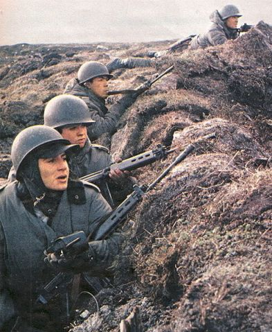 Binh lính Argentina trong một vị trí phòng thủ ( trận núi Kent)