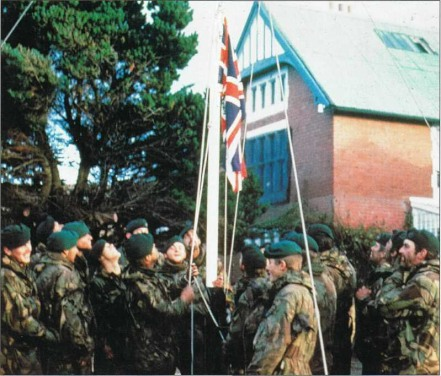 người Anh lại kéo cờ của họ lên tại Stanley