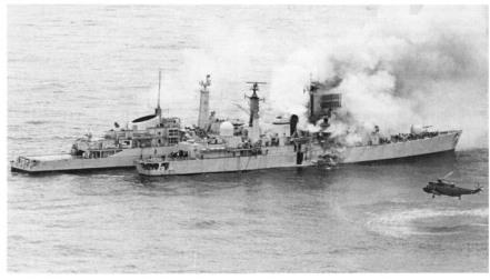 Sheffield đang bốc cháy và chiếc HMS Arrow