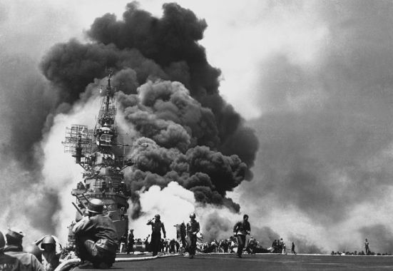 USS_Bunker_Hill_hit_by_two_Kamikazes