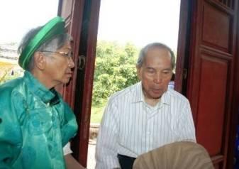 Ông Nguyễn Phước Vĩnh Giêu (phải), người con cuối cùng vua Thành Thái vẫn còn sống và về dự lễ kỵ cha dù sức khỏe đã rất yếu (20/3/2011)