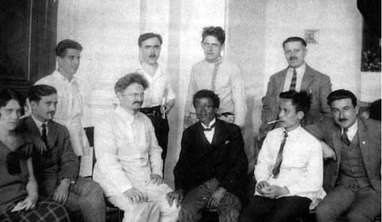 Nguyễn Ái Quốc (hàng đầu, thứ 2 từ phải) tham dự Đại hội Quốc tế Cộng sản  (lần thứ 5) tại Moskva năm 1924 cùng Joseph Gothon-Lunion (thứ 3) và Leon Trotsky (thứ 4)