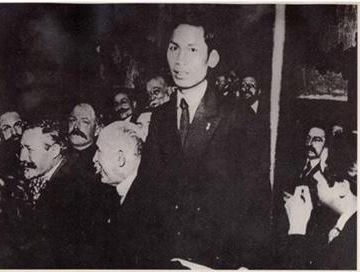 Nguyễn Ái Quốc tại Đại hội thành lập ĐCS Pháp (1920). Ngồi cạnh (người đầu tiên, từ bên phải) là nhà văn Paul Vaillant-Couturier
