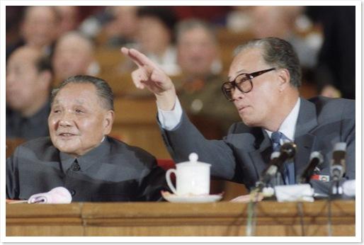 Triệu Tử Dương tham khảo với Đặng Tiểu Bình trong một buổi họp ngày 21 tháng 10 năm 1987, vào dịp Đại Hội Đảng thứ 13 (ảnh Getty