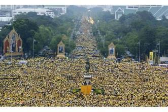 Phe áo vàng tập trung tại Royal Plaza để đón chờ vua Thái King Bhumibol Adulyadej xuất hiện ở ban-công điện Ananta Samakhom trong lễ sinh nhật lần thứ 85, ngày 5. 12. 2012