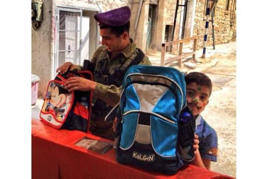 Lính Israel xét cặp học trò Palestine ở điểm kiểm tra 56, Hebron.