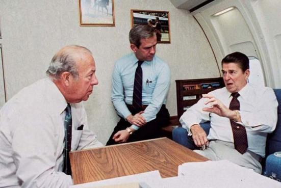 Tổng thống Mỹ Ronald Reagan hội ý với Bộ trưởng Ngoại giao George Shultz (trái) và Cố vấn An ninh Quốc gia Robert McFarlane, giữa năm 1983.