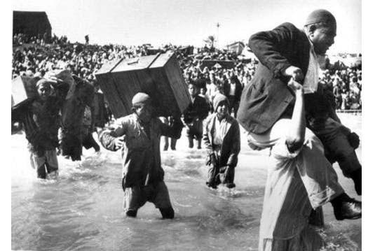 Cuộc thảm sát Deir Yassin diễn ra vào 9. 4. 1948, và đến 15. 5, người Ả Rập trong toàn bộ các thành phố lớn của người Palestine đã bị dọn sạch. Khoảng 750,000 tới 800,000 người tị nạn Palestine đã bị xua đuổi khỏi đất họ đang sinh sống. Đây là mở đầu cho việc trục xuất dân Palestine gốc Ả Rập ra khỏi Haifa và ra khỏi Palestine.