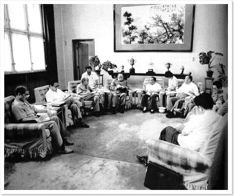 Dương Thiệu Minh, con trai của Dương Thượng Côn và là một người bạn của gia đình ông Triệu, đã chụp tấm hình này trong một buổi họp ở nhà Đặng Tiểu Bình vào mùa hè năm 1989, sau khi quân đội đã dùng sức mạnh  trấn áp nhóm sinh viên biểu tình ở quảng trường Thiên An Môn. Đây là hình ảnh duy nhất ghi lại bối cảnh nơi Đặng Tiểu Bình đã ra quyết định đàn áp sinh viên.