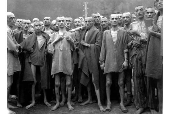 Những tù nhân Do Thái bị bỏ đói trong trại tập trung Mauthausen, được giải thoát hôm 5. 5. 1945