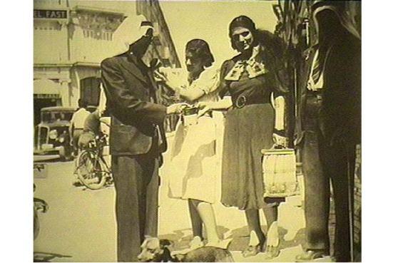 Phụ nữ Palestine trong cuộc nổi loạn 1936-39 chống thực dân Anh quốc, thành phần trung lưu phố thị thì quyên tiền…
