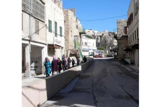 Đường ngăn đôi tại khu vực H2 Hebron, (Tây Ngạn thuộc Palestine), phía trái dành cho 35.000 Ả Rập và phía phải dành do 800 cư dân (settlers) Do Thái.
