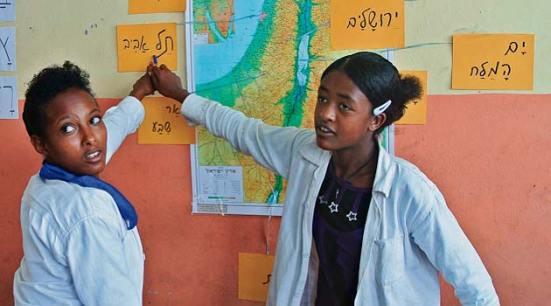 """Người Falasha, Do Thái tại Ethiopia, đang theo lớp về quốc gia họ sắp sửa sang định cư là Israel, tức là sắp sửa """"trở về Đất Hứa""""."""