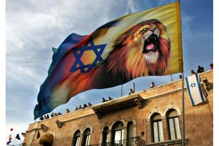 Từ mái một tòa nhà, những người dân (Israel) ở Jerusalem đứng theo dõi một cuộc diễu hành của phe Ki-tô cực đoan ủng hộ Israel; Một người tuần hành mang một lá cờ có hình ngôi sao David và một con sư tử Ảnh: AP/Kevin Frayer, 2006