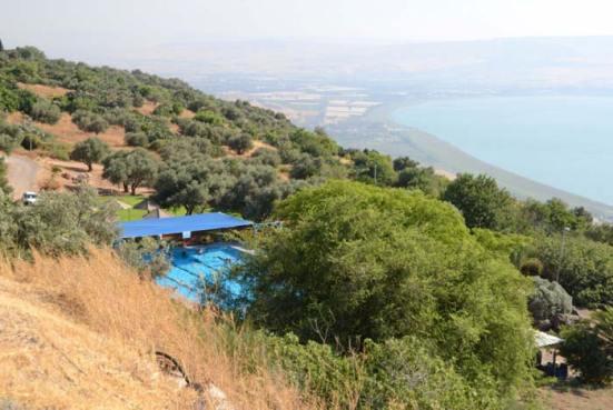 Bể bơi và nông trại Israel trên Golan ngày nay (ảnh AKUS)