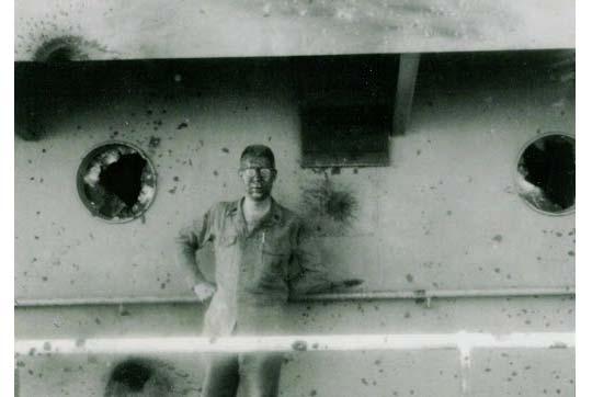 Thủy thủ Bryce Lockwood của tàu Liberty đứng trên boong tàu bị hư hại nặng.