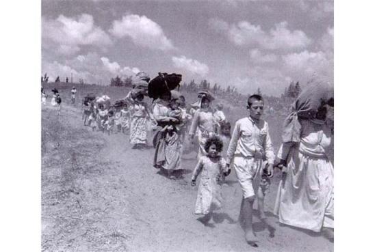 """Ảnh chụp năm 1948, khi Israel trục xuất hàng trăm ngàn người Palestine khỏi 450 ngôi làng Palestine. Người Palestine gọi đó là """"Day of Nakba"""" (Đại họa)"""