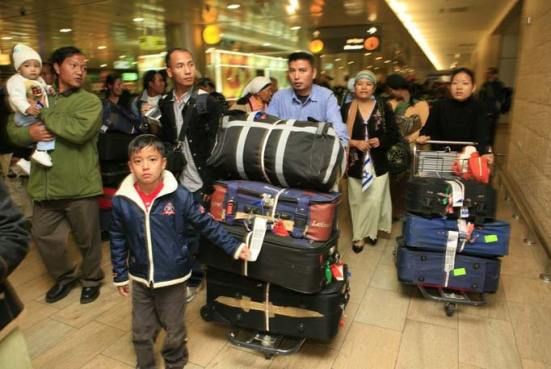 Các thành viên của tộc Bneru Menashe, được coi là có gốc Do Thái, từ Ấn Độ di cư sang Israel, tại sân bay Ben Gurion
