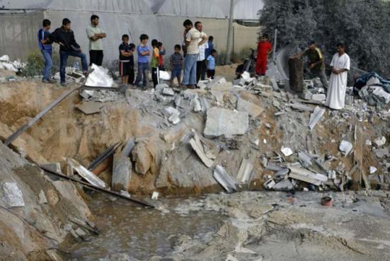 """Mang trứng chọi bom: Trại gà ở Rafah, Gaza ngày 6/6/2012 sau khi các gà mẹ đã anh dũng chống trả lại phi cơ Kfir, tức """"Sư tử con"""" (ảnh Abed Rahim Khatib, Demotix)"""