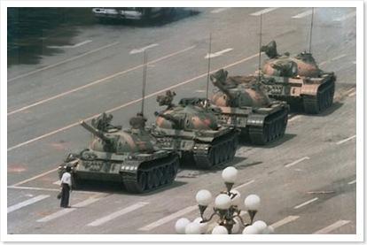 Bức hình nổi tiếng Tank Man (Người chống xe tăng) được phóng viên nhiếp ảnh Jeff Widener của Associated Press chụp ngày 5 tháng 6 năm 1989 từ tầng thứ 6 của khách sạn Bắc Kinh. Hình chụp người đàn ông đứng chắn một đoàn xe tăng của quân đội đang hướng về phía Đông gần quảng trường Thiên An Môn trên đại lộ Trường An.
