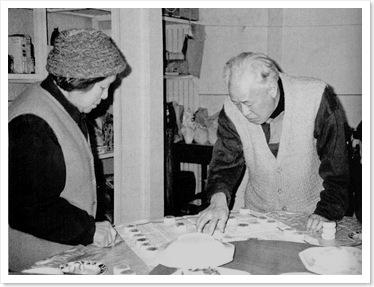 Triệu Tử Dương tại gia ngày 7 tháng 2 năm 1992. Mọi người trong nhà phải đợi cơm trong lúc ông Triệu đánh cờ tướng với vợ.