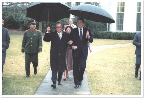 Triệu Tử Dương song bước với Tổng Thống Reagan vào ngày 10 tháng Giêng năm 1984, vào dịp ông thăm viếng tòa Bạch Ốc.