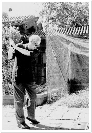 Bị quản thúc tại gia vào mùa hè năm 1993, Triệu Tử Dương nghĩ ra cách chơi golf–môn thể thao mà ông rất thích–bằng cách đánh trái banh golf vào lưới căng ở góc sân trước nhà. Triệu Tử Dương bị các viên chức Cộng sản làm khó dễ khi ông tỏ ý muốn đến chơi golf ở những sân golf công cộng.
