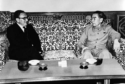 Chu Ân Lai (phải) tìm kiếm tín hiệu xanh từ Mỹ trước khi ra lệnh chiếm Hoàng Sa