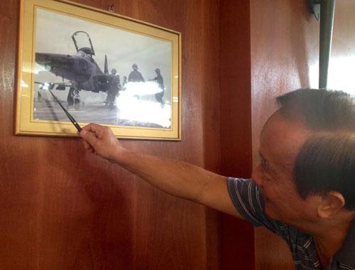 Đại tá Nguyễn Thành Trung đang kể về kế hoạch không kích giành lại Hoàng Sa vào năm 1974