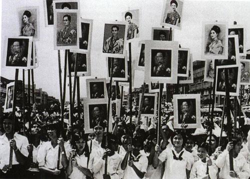 Sinh viên giơ cao ảnh của Quốc vương và Hoàng hậu trong một cuộc tuần hành hồi tháng 10/1973
