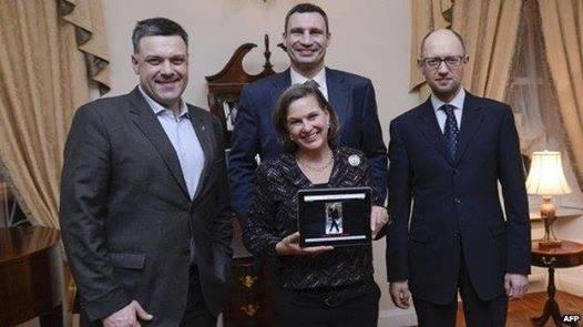hàng trên từ trái sang phải: Oleh Tyahnybok, Vitali Klitschko, Arseniy Yatsenyuk
