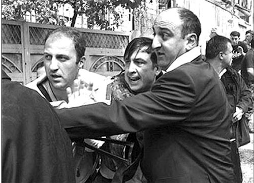 Tổng thống Grudia Saakashvili (giữa) hoảng hốt được các vệ sĩ đưa đi trú ẩn ở thành phố Gori, khi có tin máy bay Nga chuẩn bị oanh kích ngày 11/8.
