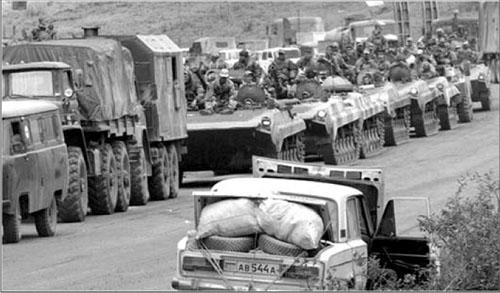 Binh lính và chiến cụ của Nga đang đổ về Nam Ossetia.