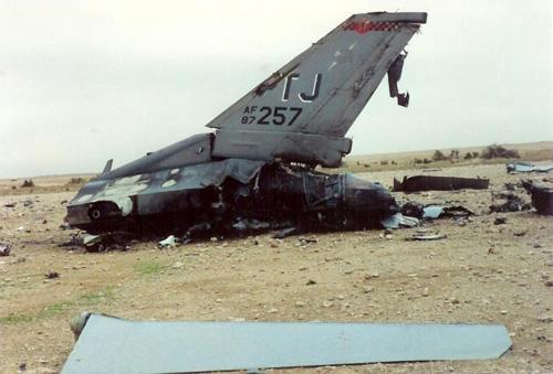 Xác chiếc máy bay F-16C của Mỹ bị bắn rơi.