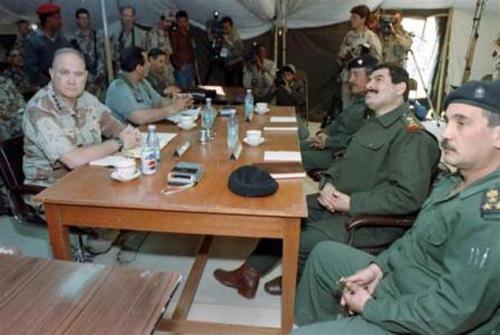 Tướng chỉ huy lực lượng đồng minh Norman Schwarzkopf (trái) gặp gỡ chỉ huy trưởng Quân đội Iraq, tướng Khalid Sultan Ahmed (thứ 2 bên phải) ngày 3/3/1991 để thảo luận về các điều kiện ngừng bắn và đầu hàng.