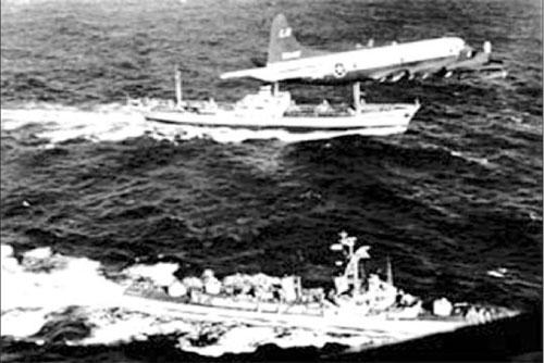 Tàu khu trục Barry của Mỹ giám sát tàu chỏ máy bay Anosov của Liên Xô ở Đại Tây Dương ngày 10/11/1962.