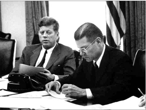Tổng thống Kennedy thảo luận về cuộc khủng hoảng tên lửa Cuba với Bộ trưởng Quốc phòng McNamara.