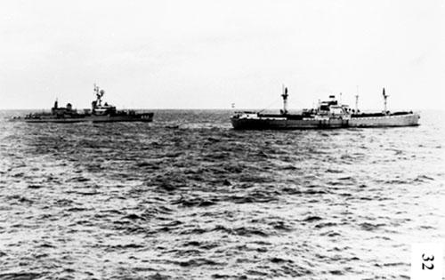 Tàu khu trục Joseph P. Kennedy (trái) của Mỹ dừng, kiểm tra tàu Marucla của Liên Xô ngày 26/10/1962.