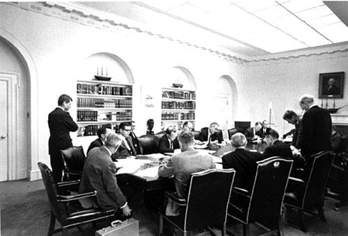 Tổng thống Mỹ Kennedy họp nội các bàn cách đối phó với khủng hoảng tên lửa Cuba năm 1962.