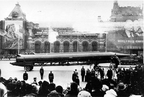 Tên lửa tầm trung R-12 (SS-4) của Liên Xô tại Quảng trường Đỏ ở Mátxcơva.