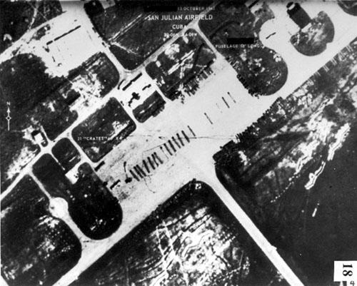 Ảnh chụp những thùng linh kiện máy bay Il-28 của Liên Xô tại sân bay San Julian ở Cuba ngày 15/10/1962.