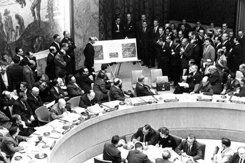 Adlai Stevenson, Đại sứ Mỹ tại LHQ đang giới thiệu những bức không ảnh về việc Liên Xô bố trí tên lửa tại Cuba ngày 4/11/1962.