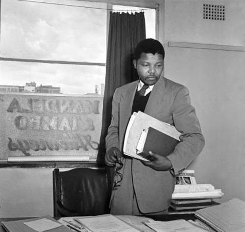 Mandela tại Văn phòng luật Mandela & Tambo ở Johannesburg năm 1952.