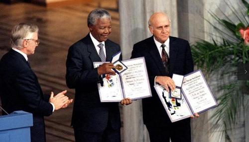 Ông Mandela và ông Klerk nhận giải thưởng Nobel Hòa bình ngày 10/12/1993.