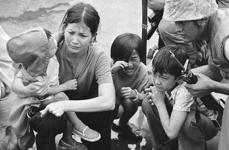 Một người phụ nữ Việt Nam ngồi trên boong của một con tàu đổ bộ tấn công của Mỹ trong cuộc di tản khỏi Sài Gòn. Hình: AP
