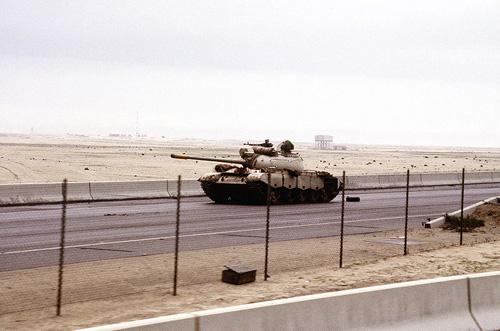 Xe tăng Iraq trên đường tiến vào Kuwait.