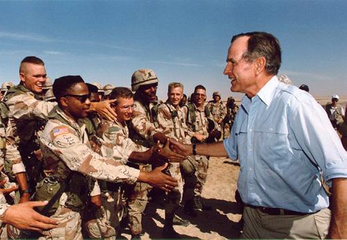 Tổng thống Bush thăm binh lính Mỹ tại Kuwait nhân ngày Lễ tạ ơn năm 1990.