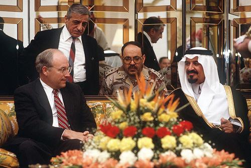Bộ trưởng Quốc phòng Mỹ Dick Cheney gặp hoàng tử Saudi Arabia Sultan thảo luận về khủng hoảng Iraq xâm lược Kuwait.