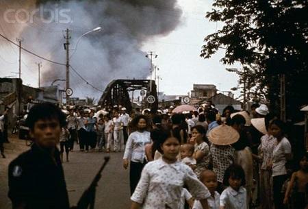 Người dân đang chạy tỵ nạn ở Vũng Tàu, 21 tháng Tư 1975. Hình: Jacques Pavlovsky/Sygma/Corbis