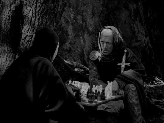 """Một cảnh trong phim """"The Seventh Seal"""" của Ingmar Bergman: Antonius Block chơi cờ với Thần Chết. """"Khỏi phải nói, chàng không thể thắng được trong trò chơi – không ai có thể thắng cả - nhưng chiến thắng không phải là mục đích."""""""